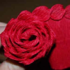roza iz gofrirovannoi bumagi 17 Розы из гофрированной бумаги своими руками