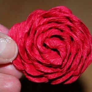 roza iz gofrirovannoi bumagi 19 Розы из гофрированной бумаги своими руками